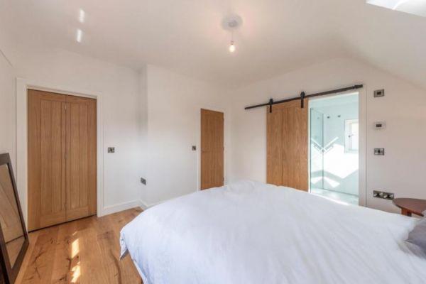 bedroom-264FFE2D7-A78B-60F3-C240-939AFE1C8C4F.jpg
